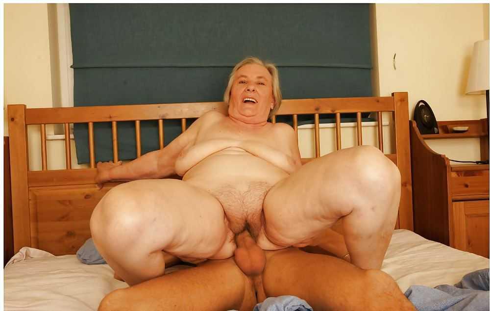 лежит кровати порно пожилой женщины и парня вот